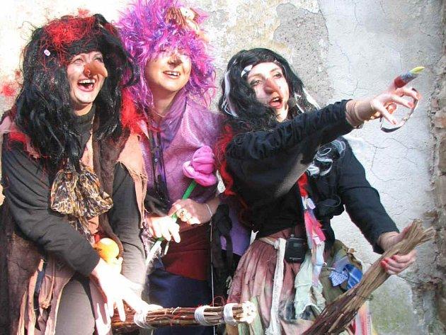 Trojice čarodějnic letí vstříc jaru.