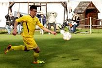 Fotbalisté Určic (ve žlutém)