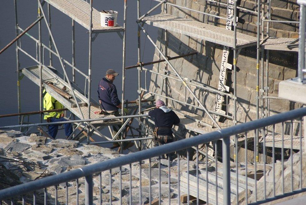 Plumlovská přehrada 1. 11. 2013 - oprava budovy hrázného