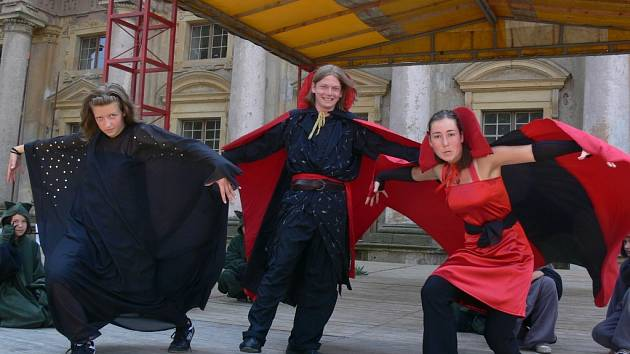 Zkouška tanečního souboru Horské myši na plumlovském zámku