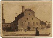 Do roku 1914 sídlila vtzv. obecním domě na Poděbradově náměstí č. 2 městská radnice.
