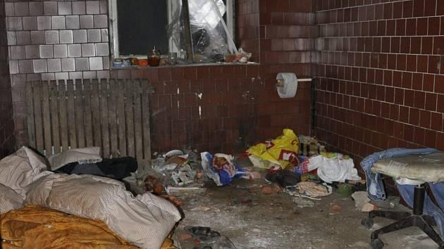 Do bývalých kasáren se dá dostat dírou v plotě. Strážníkům se z nich nedaří bezdomovce vypudit.