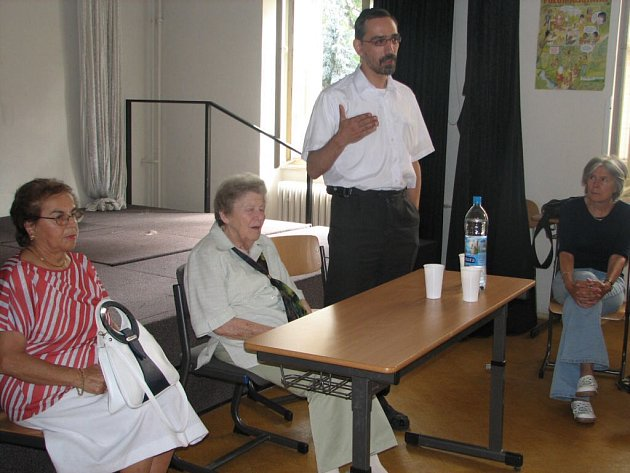 Zleva Antonie Militká, Zuzana Wachtlová a rabín Koler na prostějovském gymnáziu.