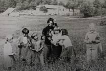 Nedělní vycházky, 1969 – Každou neděli si vyšly všechny místní děti na procházku po okolí.