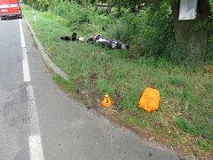 Motorkář skončil po srážce v potoce.