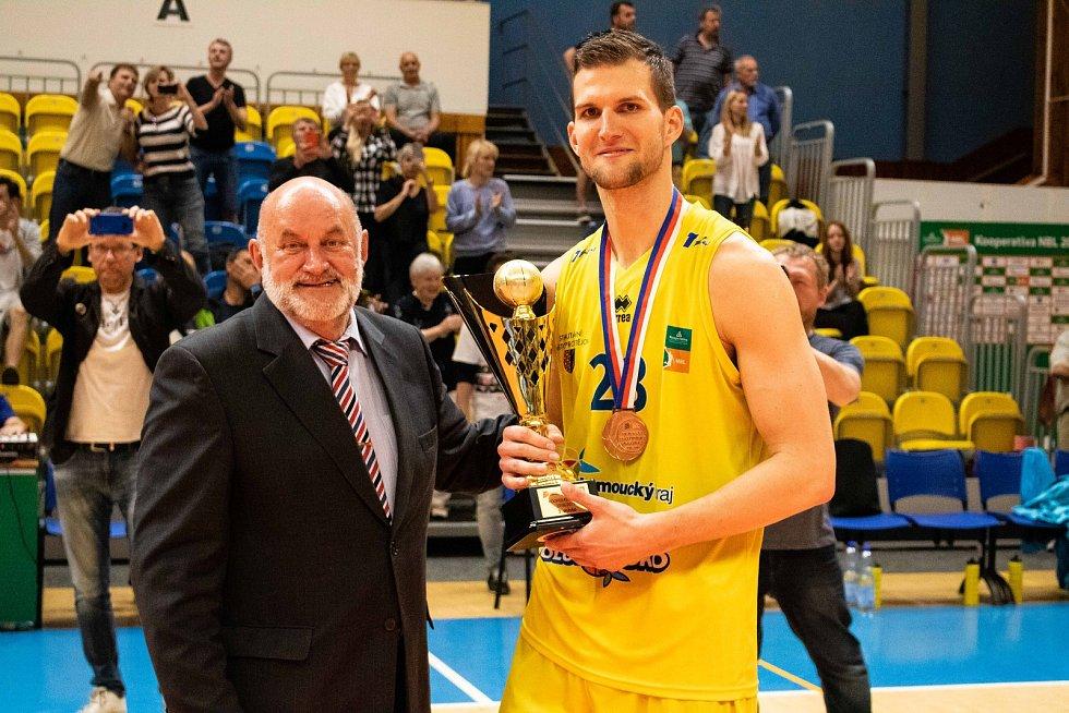 Kapitán Lukáš Palyza přebírá trofej za 3. místo v Kooperativa NBL.