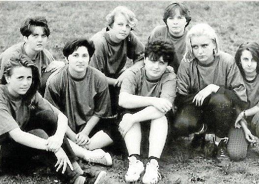 MLÁDEŽ v 90. Letech. Na fotografii: vzadu zleva: M. Faltýnková, L. Pospíšilová, R. Tylšarová, vepředu zleva: Š. Kočiříková, R. Grézlová, I. Grulichová, M. Páleníková, S. Kolářová.
