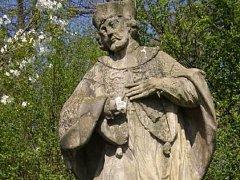 Řádění vandala na soše sv. Jana Nepomuckého v Olomoucké ulici v Prostějově