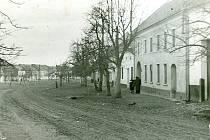 Náves v Dětkovicích kolem roku 1948. První písemná zmínka o obci pochází z roku 1355. V letech 1980-1990 byly Dětkovice sloučeny se sousedními Určicemi.