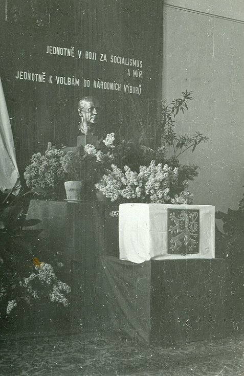 Výzdoba volební místnosti při volbách do národních výborů v roce 1960.