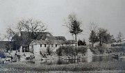 Na snímku zroku 1918 je bývalý Zlechovský mlýn a nálevna u rybníka.