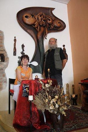 Zart kavárny má být centrum řezbářů a milovníků umění. Na snímku Miroslav Srostlík a Iva Polická