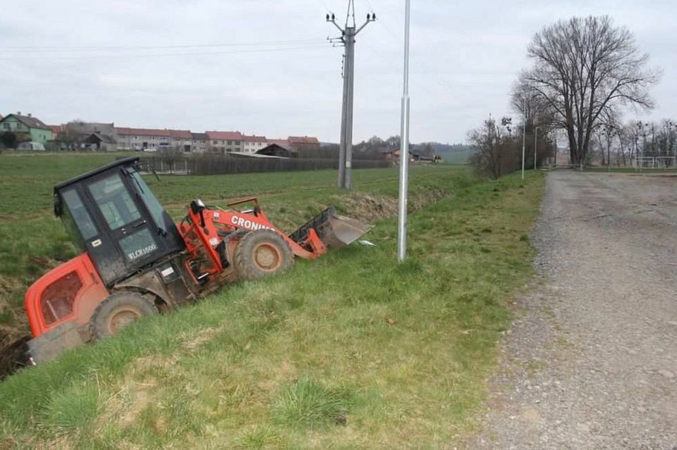 Neznámý pachatel ukradl nakladač a zajel s ním do potoka u Čech pod Kosířem