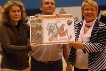 Člen představenstva BK Prostějov Ivan Pospíšil předal zástupkyním občanského sdružení Lipka a speciální školy Jistota šek na 58 200 korun.
