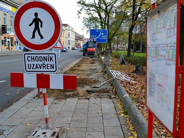 Stavební dělníci se pustili do opravy chodníku a zídky uSmetanových sadů vProstějově