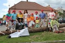 Ve Vranovicích se rok co rok o kácení májky starají členové svazu zahrádkářů.