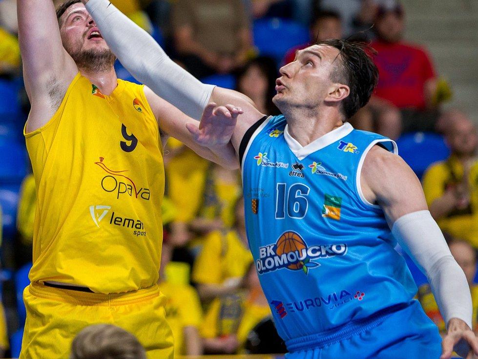 Hráč Olomoucka Darko Čohadarevič (vpravo) ve druhém čtvrtfinále v Opavě