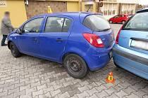 Nezabrzděné auto na parkovišti v Plumlovské ulici narazilo do dalších dvou vozů