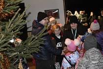 U Matesů na Hloučele byl zahájen prodej stromků a svítí už i vánoční smrk. 5.12. 2020