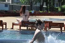 Hezké počasí nalákalo do prostějovského aquaparku první plavce