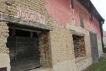 Část Dobromilic připomíná zbořeniště. Obecní úřad se rozhodl s tímto stavem něco udělat, plánuje demolici sedmi rodinných domů.