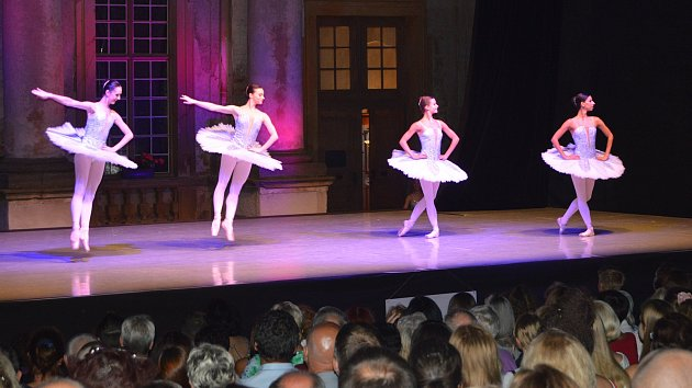 Baletní galavečer na nádvoří plumlovského zámku
