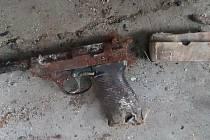 Ve starém kurníku nalezl pistoli a náboje.