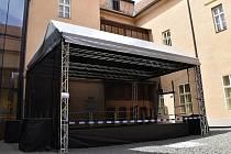 Pódium pro letní scénu na nádvoří prostějovského zámku