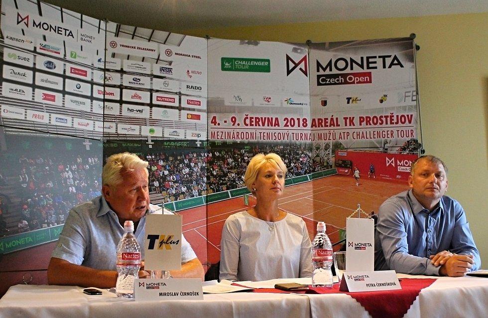 Tenisový svátek se blíží. V předvečer největšího tenisového turnaje na území ČR, se uskutečnila tisková konference za účasti Miroslava Černoška (vlevo), majitele pořádající TK PLUS, ředitelky turnaje Petry Černoškové a PR manažera Tomáše Cibulce.