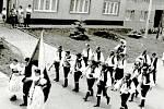 Vřesovanka v roce 1989. Průvod procházející centrem obce s hudbou Vřesovankou při příležitosti 2. sjezdu rodáků.