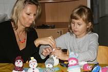 V prostějovském Informačním centru pro mládež vyráběli malí i velcí roztomilé ponožkové sněhuláčky.
