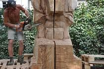 Daniel Klose při práci na soše s názvem Návrat starých bohů