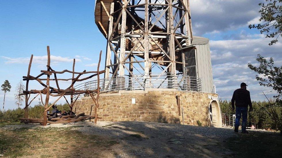 Velký Kosíř přitahuje turisty, i když rozhledna na vrcholu je kvůli koronavirové nákaze stále uzavřena. Otevřít by měla 11. května. (26. dubna 2020)