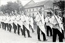 ŘEZNICKÝ POHŘEB. Poslední rozloučení s Františkem Stratilem 15. října 1933. František Stratil byl oblíbeným hospodským a řezníkem v Olšanech. Pohřbu dodala lesk účast cechu řeznického. Cechy řemeslníků střežily práva členů a dohlížely na dobrou práci.