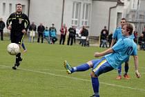 Fotbalisté Určic (v modrém) - Martin Svozil (č. 10)