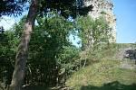 Stará katastrální hranice mezi Horními a Dolními otaslavicemi probíhala hradním příkopem (vlevo dole) mezi Horním a Dolním hradem. Vpravo věž Dolního hradu.