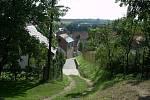 Od hradu pokračuje hranice k hlavní silnici ulicí Za kvelbem.