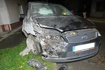 Nezletilý řidič napálil tatínkovým autem do rodinného domu