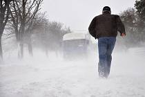 Sněhová kalamita zasáhla ve čtvrtek i Drahanskou vrchovinu. Takto to vypadalo v poledne na silnici mezi Protivanovem a Malým Hradiskem