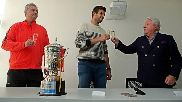 Tenista Jiří Veselý (uprostřed) na tiskovce v Prostějově po vítězství na turnaji ATP v indickém Puné