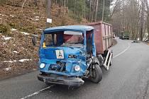 Srážka dvou náklaďáků s traktorem u Malého Hradiska