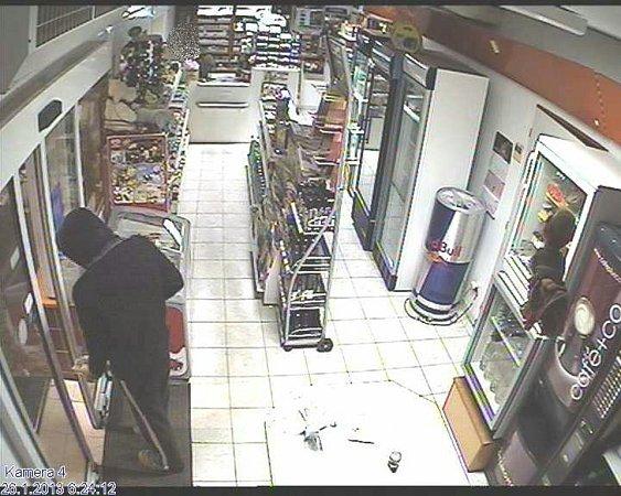 Přepadení benzinky vDržovicích - záběry zbezpečnostní kamery