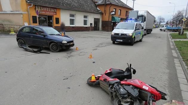 Bouračka auta a motorky v Západní ulici v Prostějově