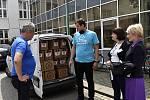 Zdravotníci z prostějovské nemocnice obdrželi jako poděkování tisíc originálních lahví piva od řemeslného pivovaru Axiom Brewery. 26.6. 2020