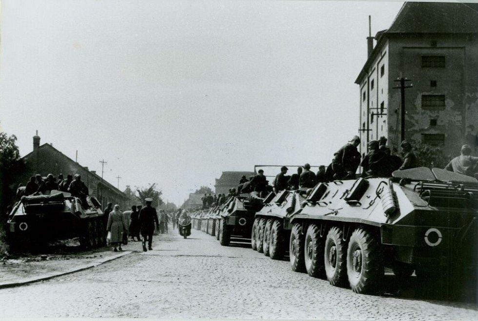 Přes sliby sovětského velícího důstojníka, že se vojenské jednotky stáhnou do prostoru letiště, vojáci stále hlídkovali v ulicích Prostějova