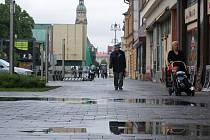 Dlažba na náměstí E. Husserla - po dešti