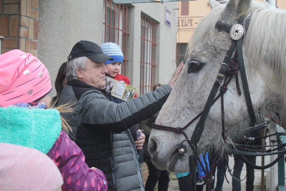 Spanilá jízda po obcích Olomouckého kraje slavnostně zahájila další sezonu oblíbeného Muzea kočárů v Čechách pod Kosířem