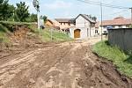 Hlavní křižovatku v Pavlovicích u Kojetína zaplavily tuny bláta z utrženého svahu. 14.6. 2019