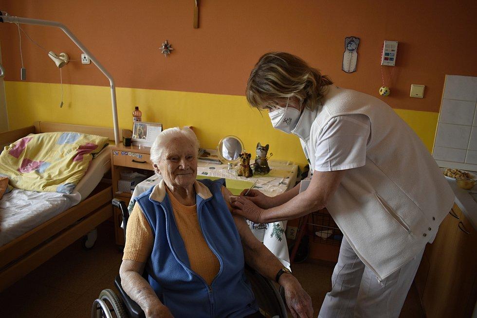 Očkování seniorů proti koronaviru v Domově pro seniory v Soběsukách. 13.1. 2020