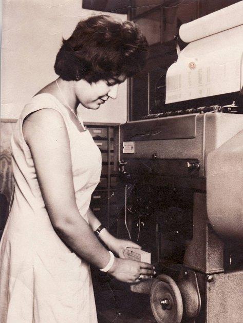 Na fotografii zpočátku 60.let je pracovnice Strojně početní stanice OP Alice Zímová, která stojí utabelátoru na děrné štítky. Foto zodpolední směny tehdy pořídil redaktor Rudého práva.